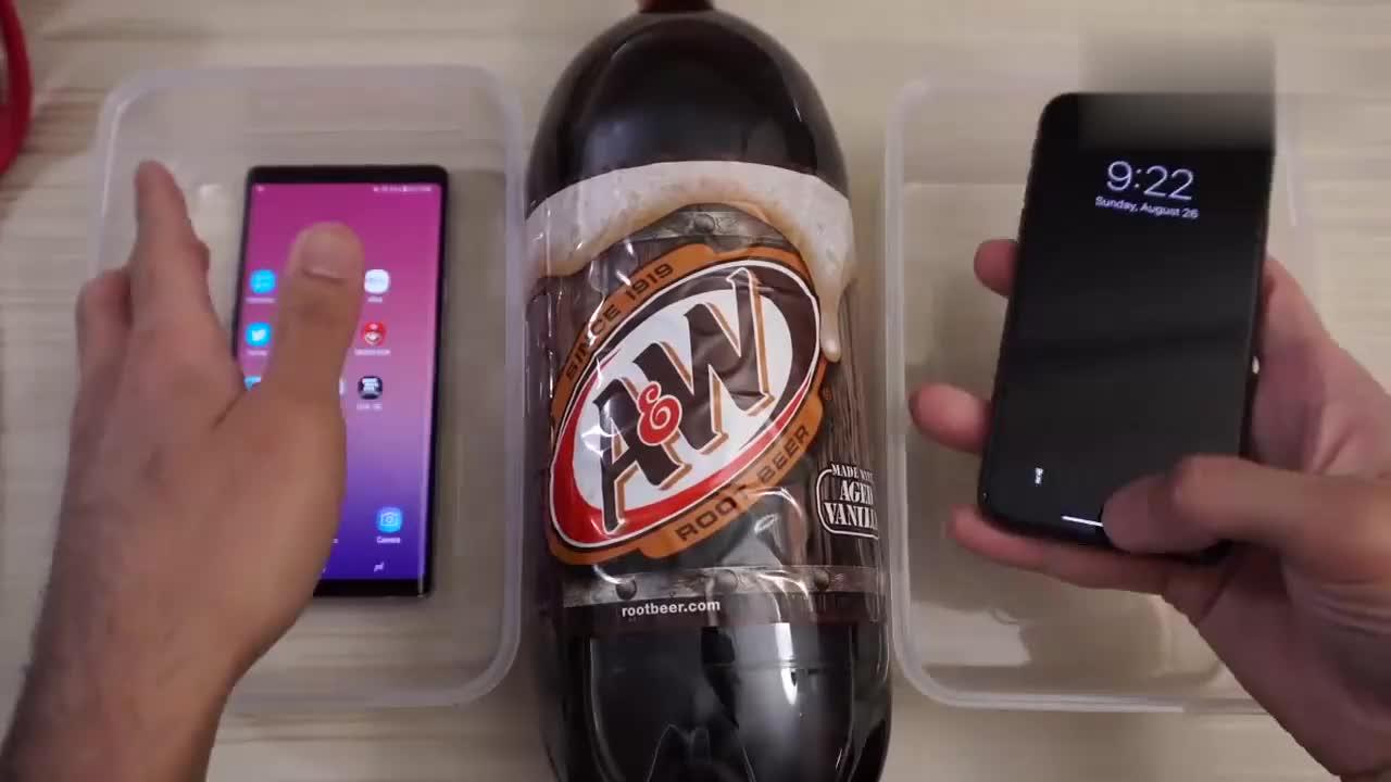 iPhone X和三星Note9防水测试,直接用啤酒,老外太任性了