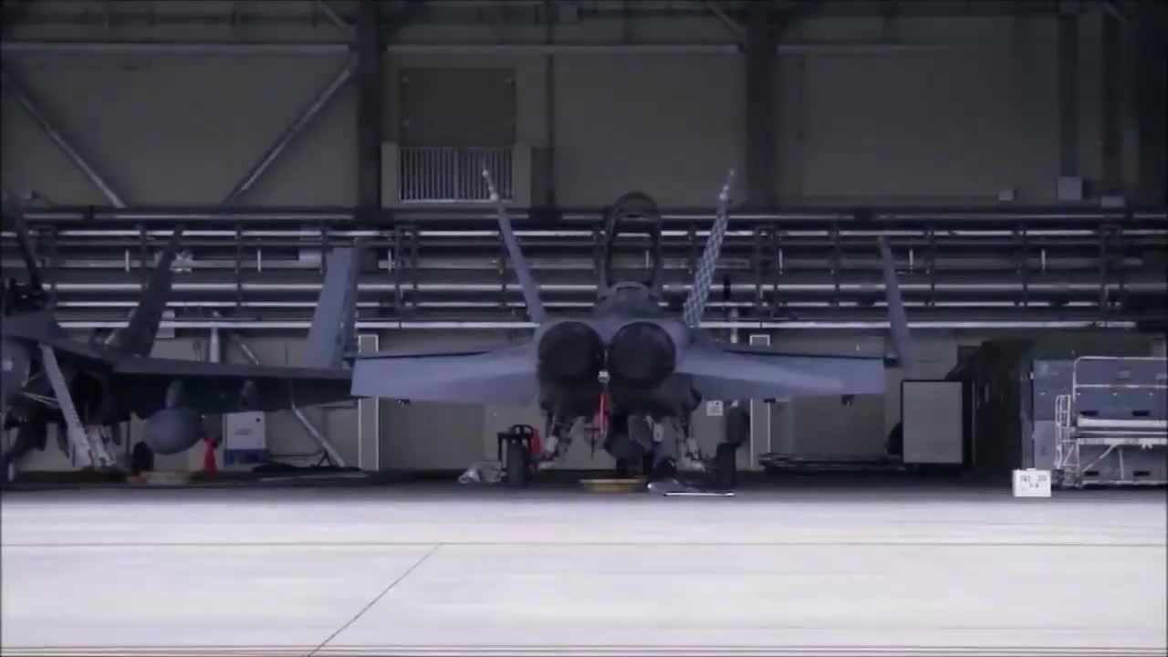 美国空军技师维修战斗机,你知道它的型号吗?