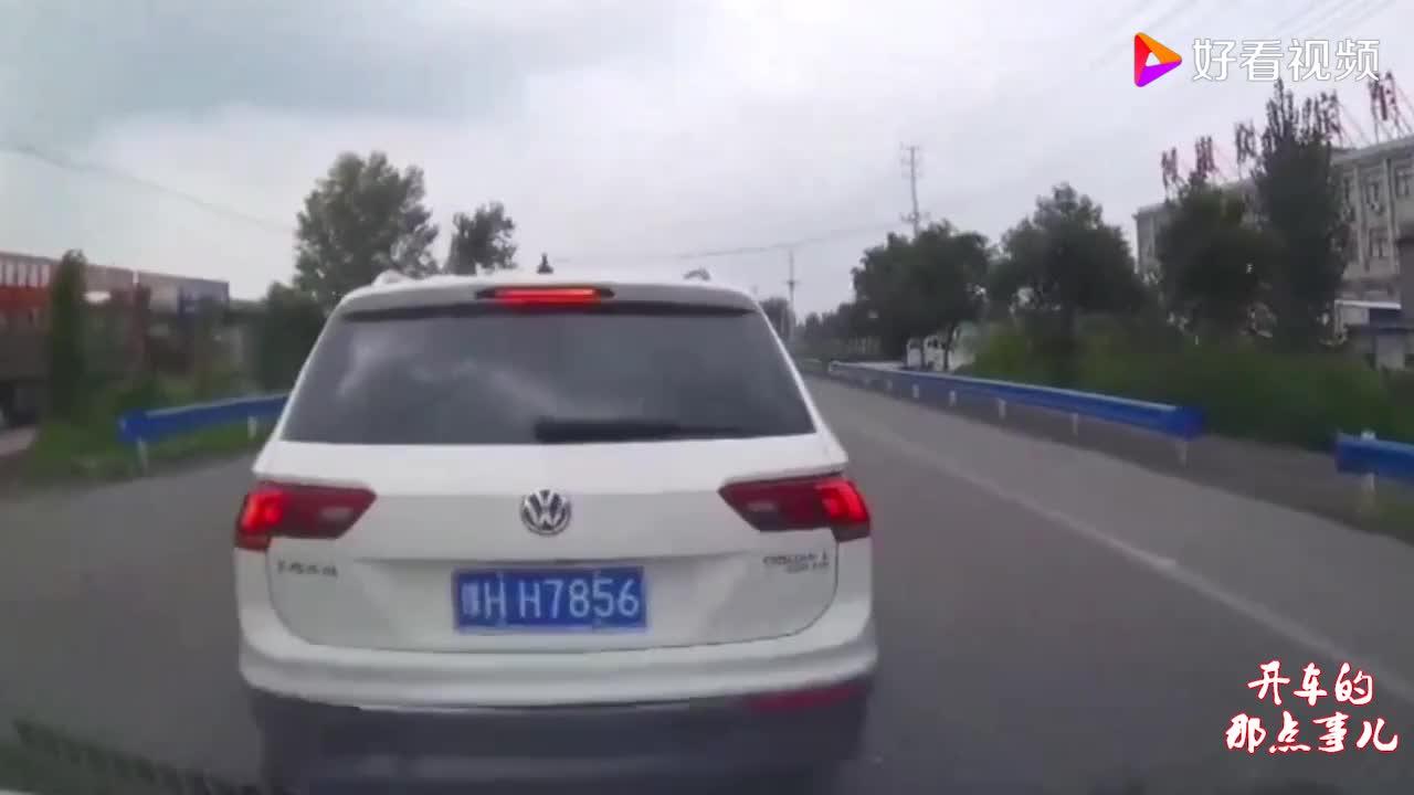 越野车司机嚣张左转,一把方向拦截罐车去处,师傅慌了好戏开场