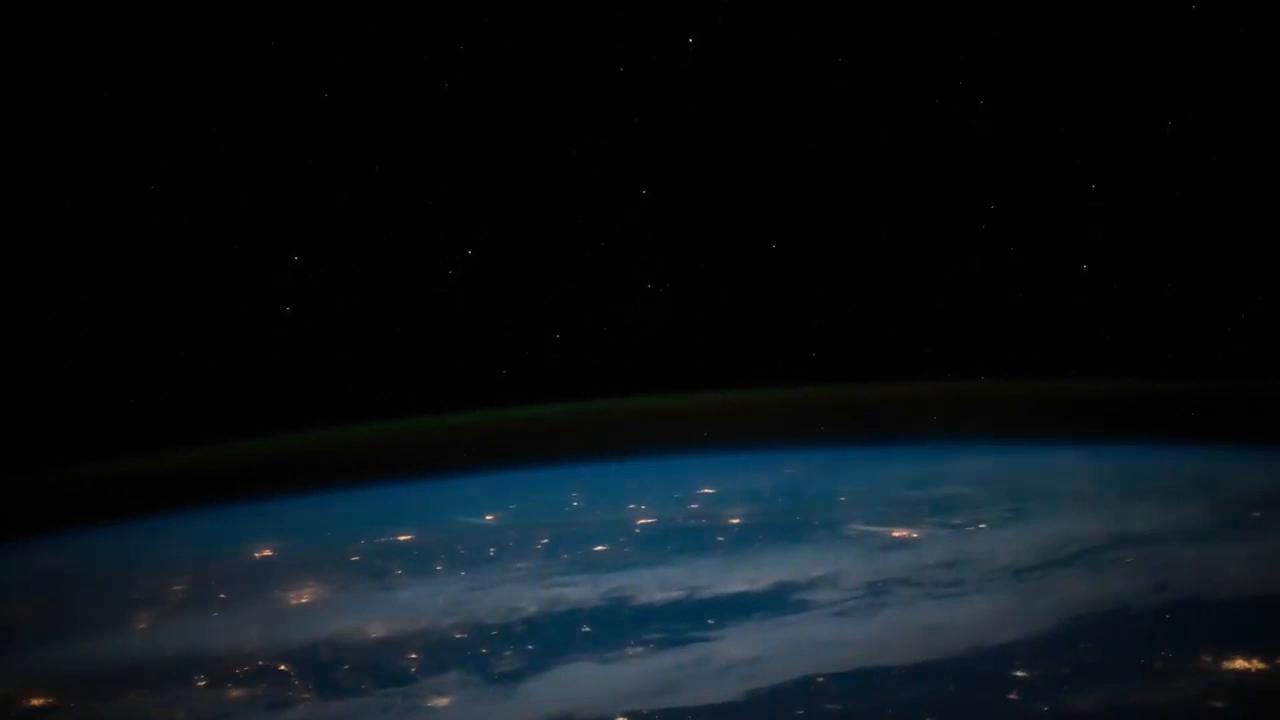 这里是国际空间站,宇航员看见了2个月圆的夜晚