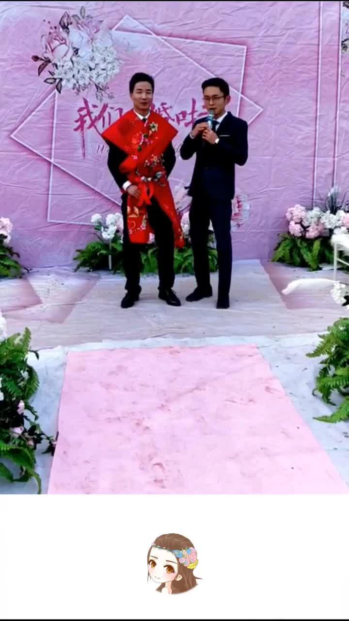 新郎好像忘了自己在结婚而是在走时装秀