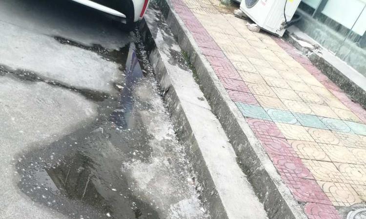 黄山市休宁县一服装厂棉絮漫天飞,污染环境严重!