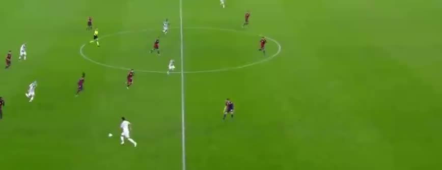 C罗停球内切暴力射门,热那亚门将倒地没收了
