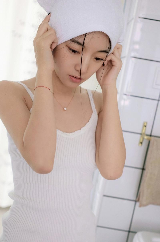 吊带美女浴室写真,清纯靓丽,充满青春气息,可爱迷人