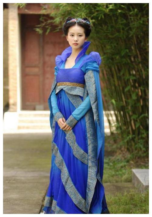 """当年《仙剑3》中景天给龙葵偷的""""幻彩流仙裙"""",被穿上外国红毯"""