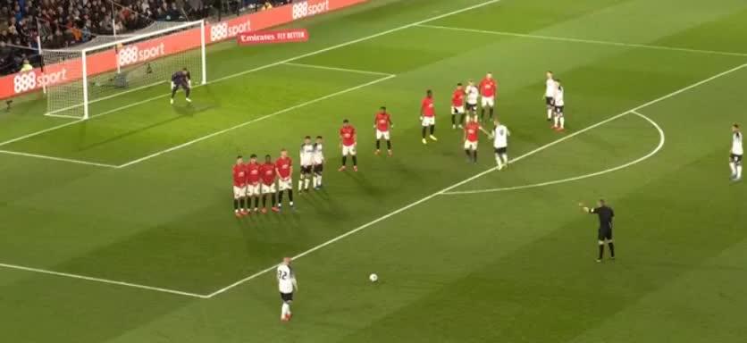 鲁尼主罚任意球轰门,罗梅罗奋力扑出底线了
