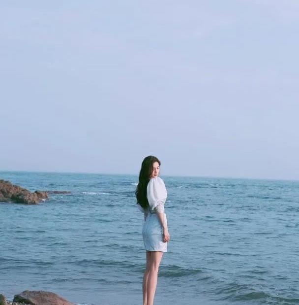 杨颖海边写真清新淡雅,泡泡袖上衣搭短裙,少女感捕获人心
