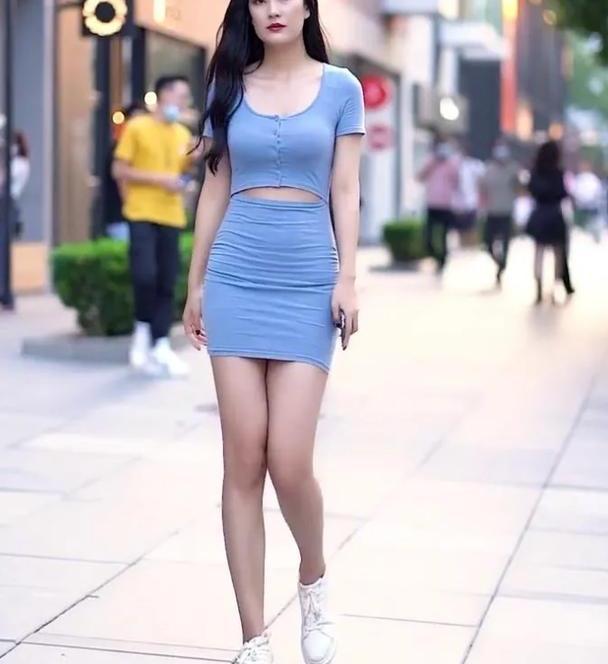 天蓝色短袖圆领上衣,搭配同色修身短裙,尽显出时尚女生的气质美