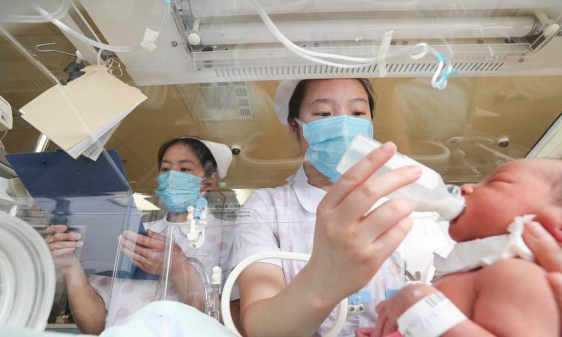 两位产妇同一天预产期,一个喂母乳一个喂奶粉,三个月后差别很大