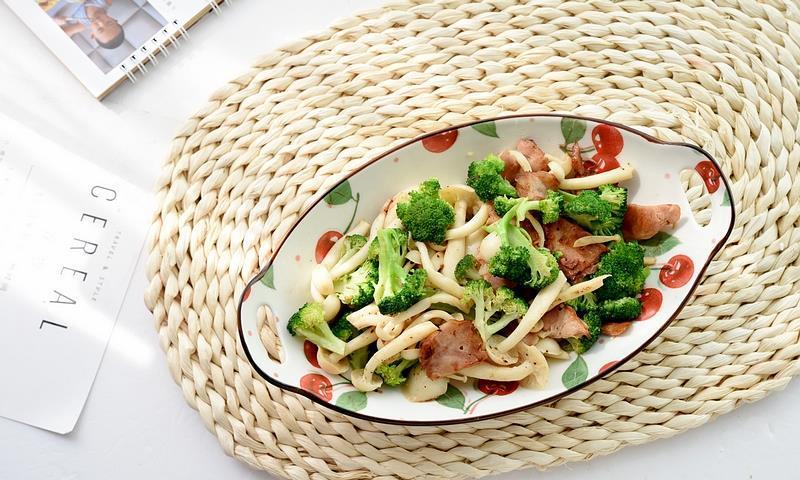 一种菌菇一种蔬菜,加点肉炒一炒,不放盐,味道也咸鲜,好吃