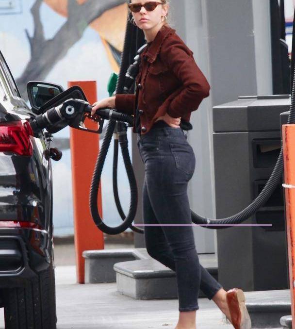 女星米娅·高斯穿着牛仔裤配猩红夹克休闲十足,搭配平底鞋有魅力