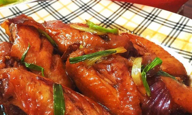 口感嫩滑的鸡翅,搭配上软糯的红薯粉条,带来美味的菜肴