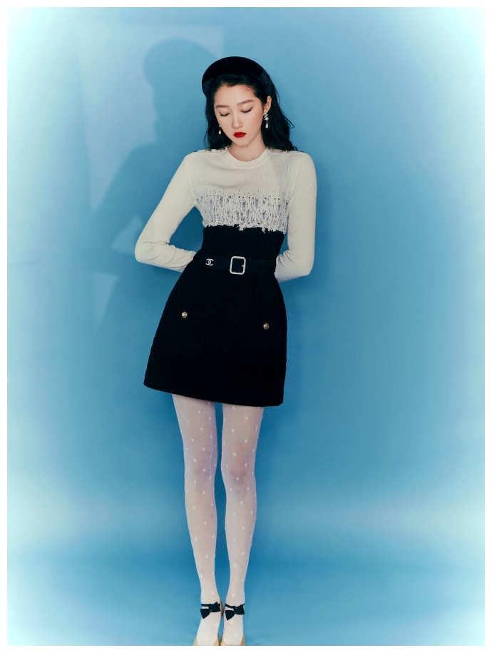 关晓彤一身黑白裙红唇迷人,穿白丝袜长腿吸睛