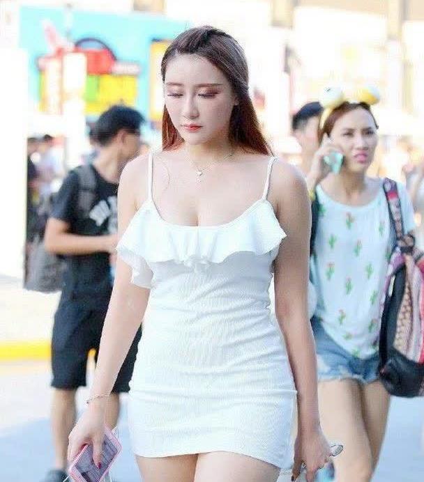 白色连衣裙,吊带抹胸飘花的设计,让衣服更显时尚