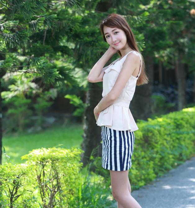 夏季完美穿搭,美女露肩小衫搭配条纹短裙,时尚靓丽美
