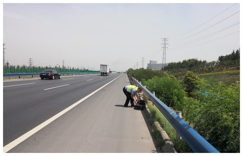 保畅通护安全?高速交警车流中清理障碍物