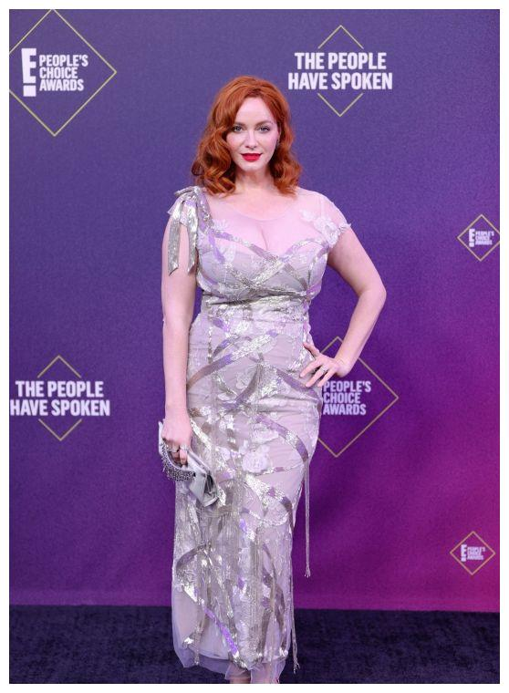 克里斯蒂娜·亨德里克斯一袭紫色银边连身裙优雅迷人