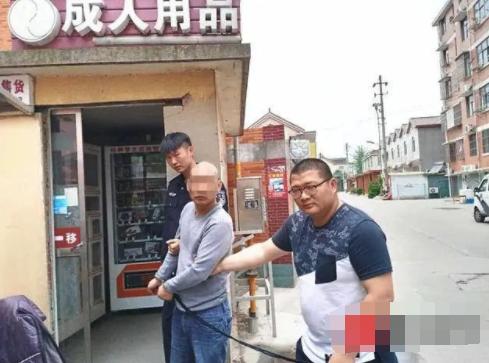 55岁男子持斧头连砸8辆车搞钱,还砸店撸走情趣用品