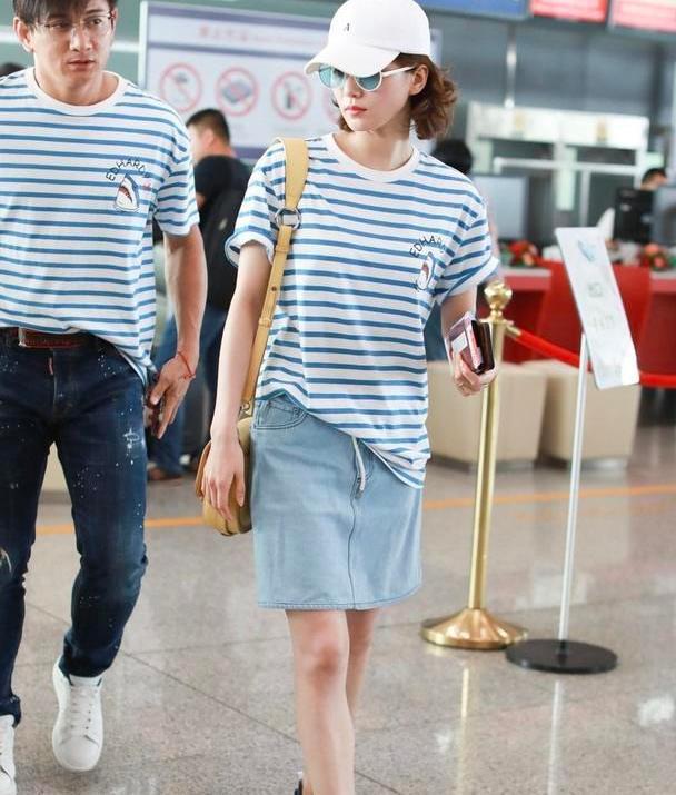 """刘诗诗原来也会""""踩雷"""",穿白色小衫和短裙,优雅清纯但有点怪"""