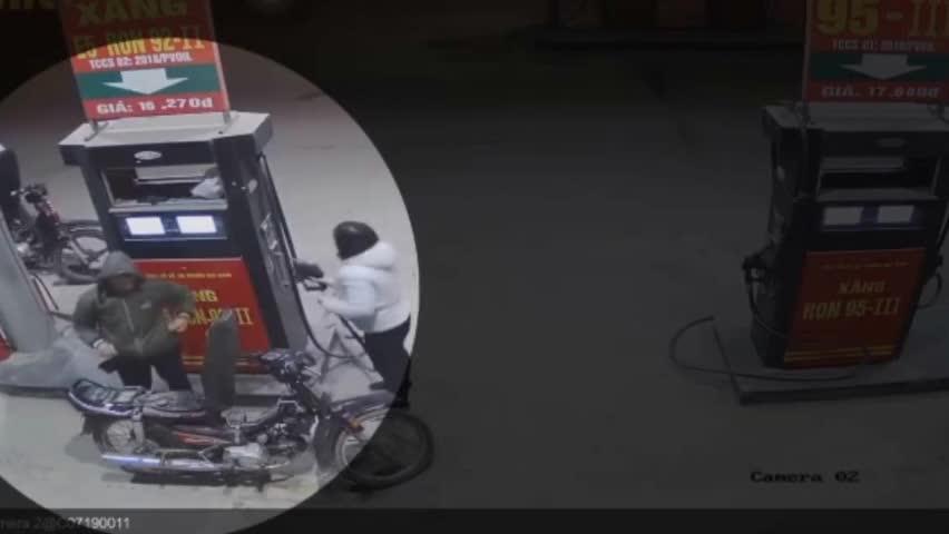 男子加油站里自导自演一场火灾,监控拍下全过程