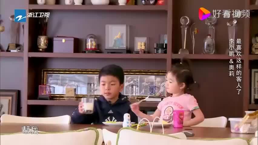 爸爸回来了:威廉照顾奥莉吃蛋糕,细心照顾妹妹,温柔体贴