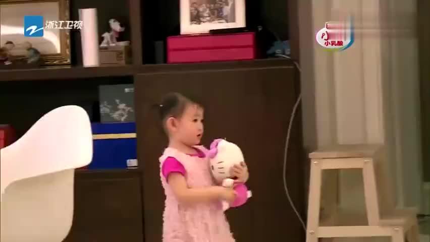 爸爸回来了:李小鹏为奥莉准备饭,一个锅盖找半天!奥莉都等饿了
