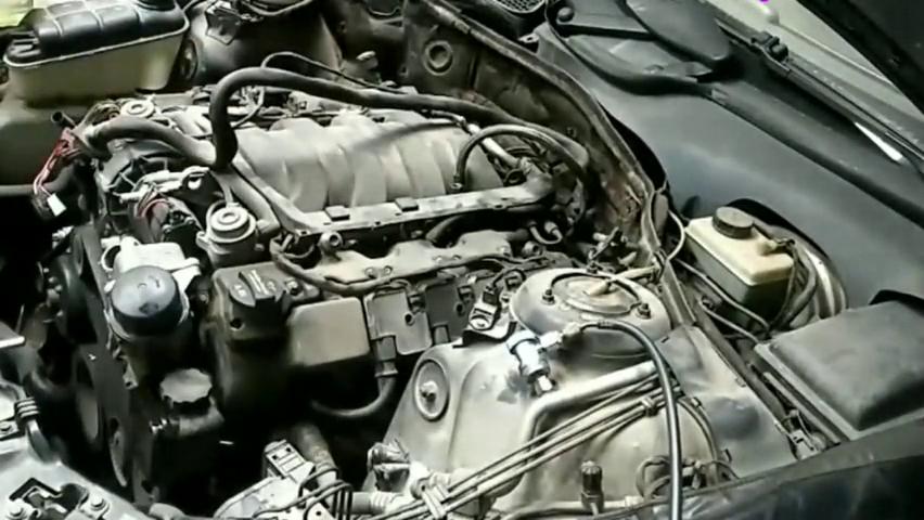 奔驰s500L发动机现场拆卸,这一大坨东西价值可真高