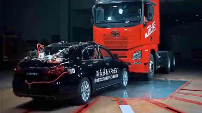 汽车碰撞测试:红旗车碰撞8.8t重卡,车内乘客毫发无伤