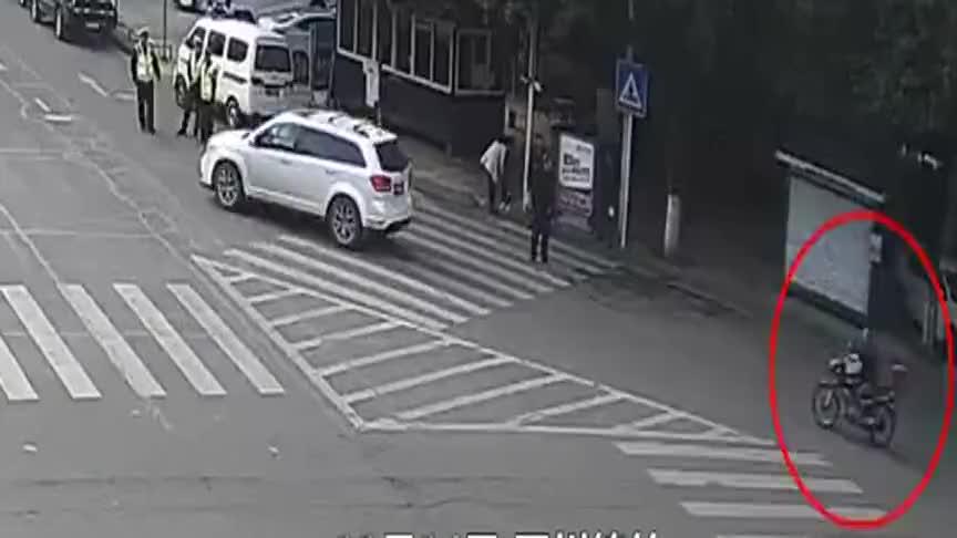无牌驾驶,眼看司机想逃走,交警一把抓住摩托车,结局令人愤怒