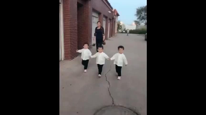 姥姥带三胞胎小宝宝散步,接下来的场面让姥姥控制不住了