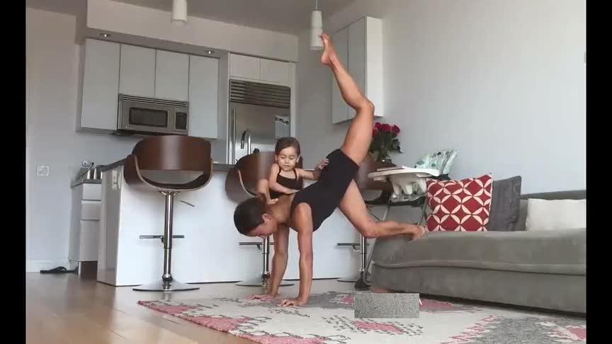 妈妈做瑜伽女儿立马爬到妈妈身上,接下来这姿势太霸气了