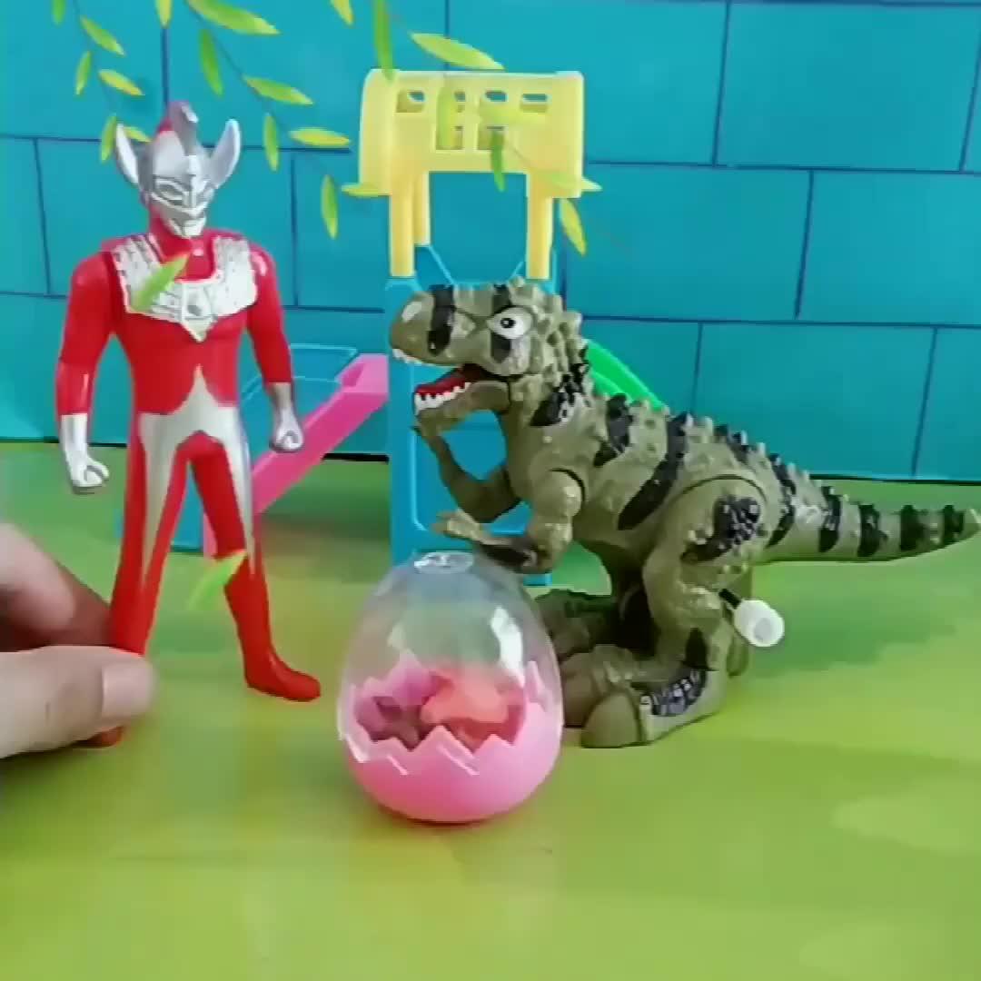 恐龙妈妈在孵蛋,奥特曼还以为恐龙做坏事,奥特曼来的真不是时候