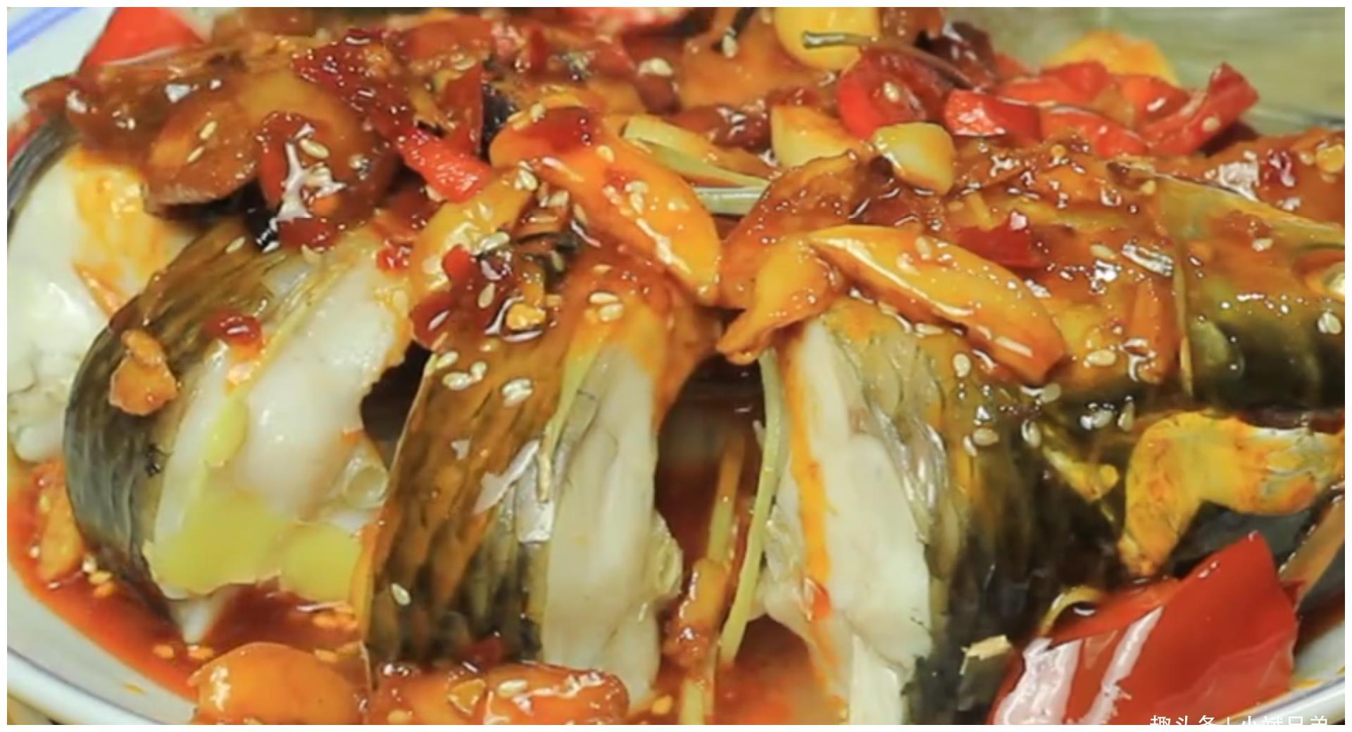 """大厨教你好吃的""""酱汁淋草鱼""""家常做法,肉质润滑,味道鲜美"""