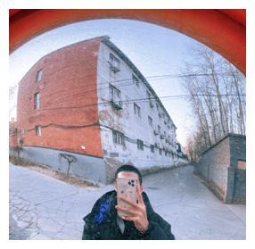 魏大勋拍摄怼脸自拍照,寸头造型非常帅气。