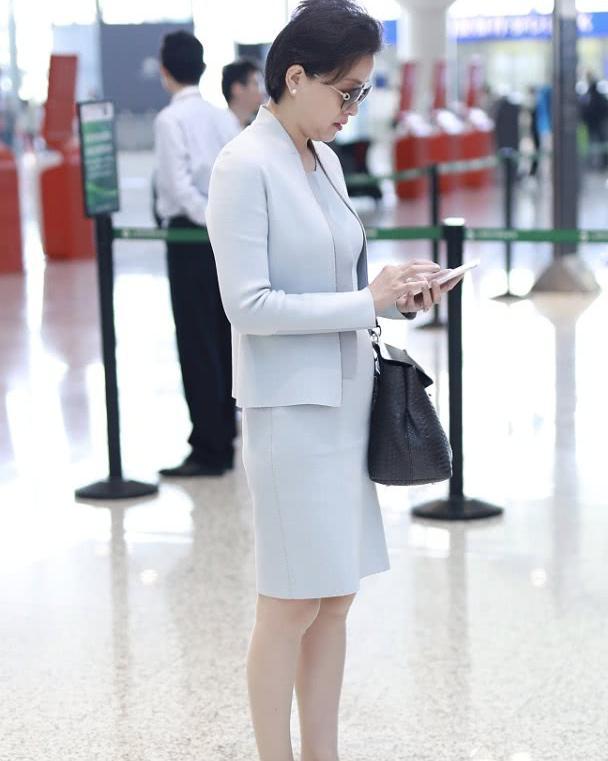 杨澜的精致感无处不在,穿浅灰色西装套裙走机场,短发真显年轻