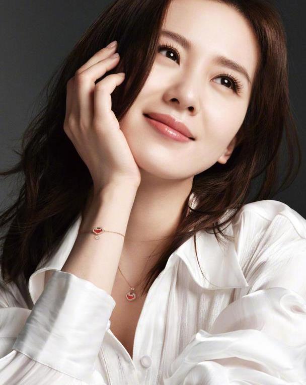 谁说刘诗诗颜值崩了?白衬衫也能穿出知性优雅风,真正人淡如菊