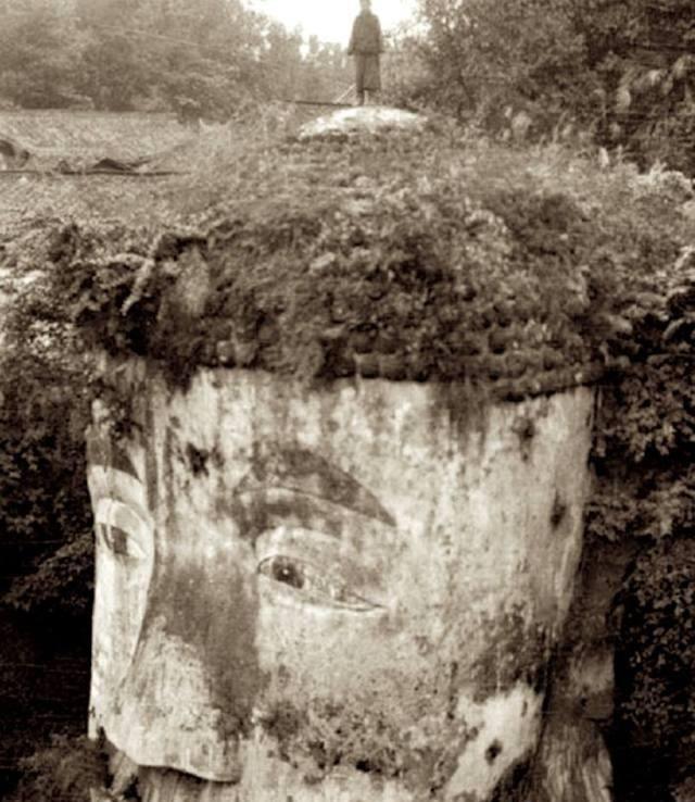 两名外国人和中国摸金校尉在古墓前拍了张合影,流传至今··