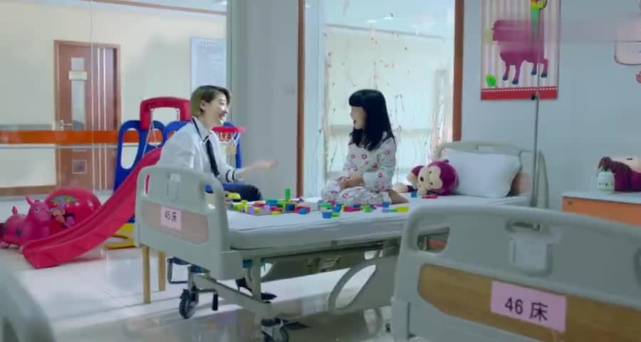 美女离职后有空就去孤儿院,陪小女孩总裁站门口,一脸宠溺的看着