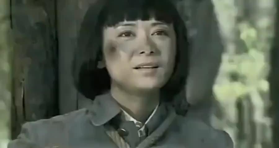 姑娘即将被枪决,不料姑娘就唱了首歌,军官直接对她下跪了