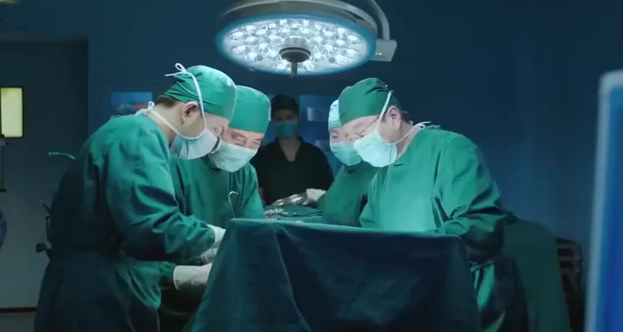 老主任为给病人做手术不料活活累死在手术室,整个医院都为他送行