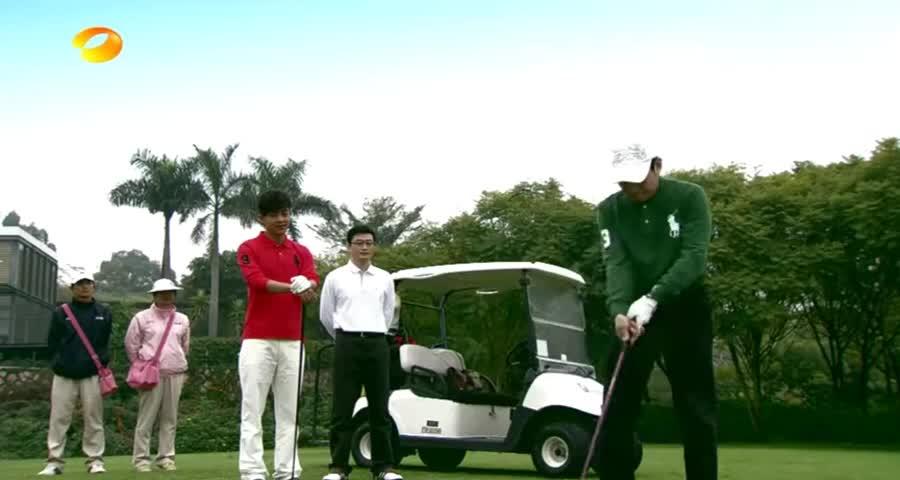 老总嘲笑年轻总裁不会打高尔夫,不料总裁一杆进洞,老总变脸了