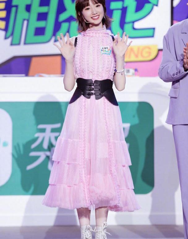 毛晓彤私服穿搭来了,裙子搭配时尚又甜美,女明星太会穿了