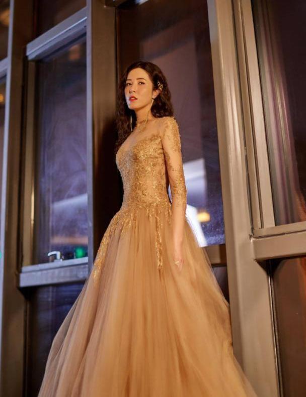 曾黎气质真好,礼服裙上一堆亮片加纱质大裙摆,穿着不俗还挺仙