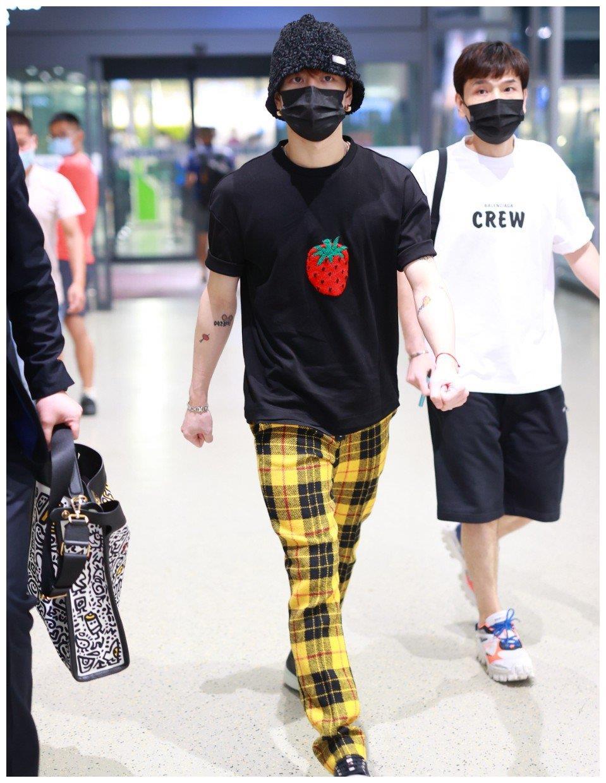 """360度无死角帅哥!王嘉尔""""小草莓""""穿身上可可爱爱"""