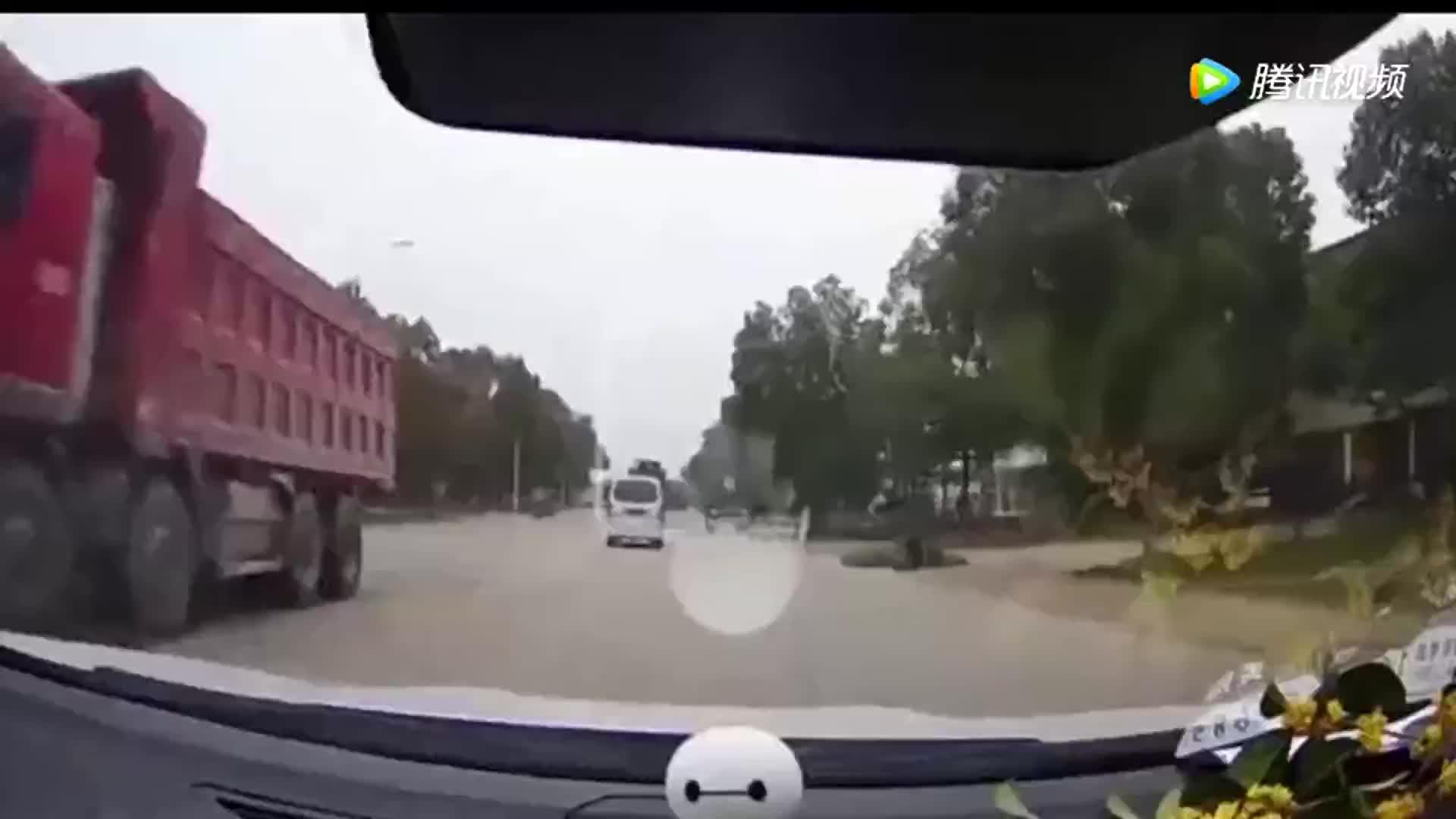 骑电动车非要强行变道,差点一起见阎王