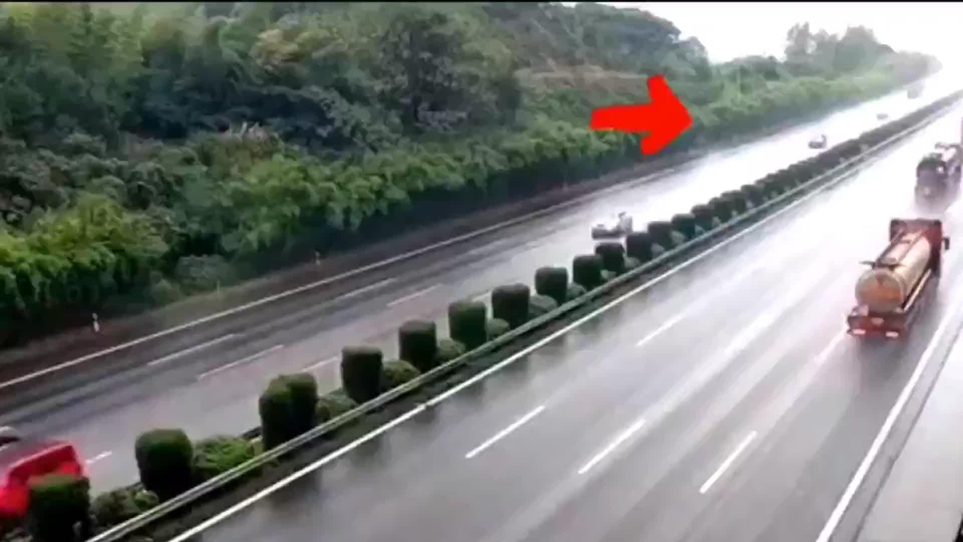 高速路上爆胎,皮卡车失控撞护栏后疯狂打转车头撞烂!