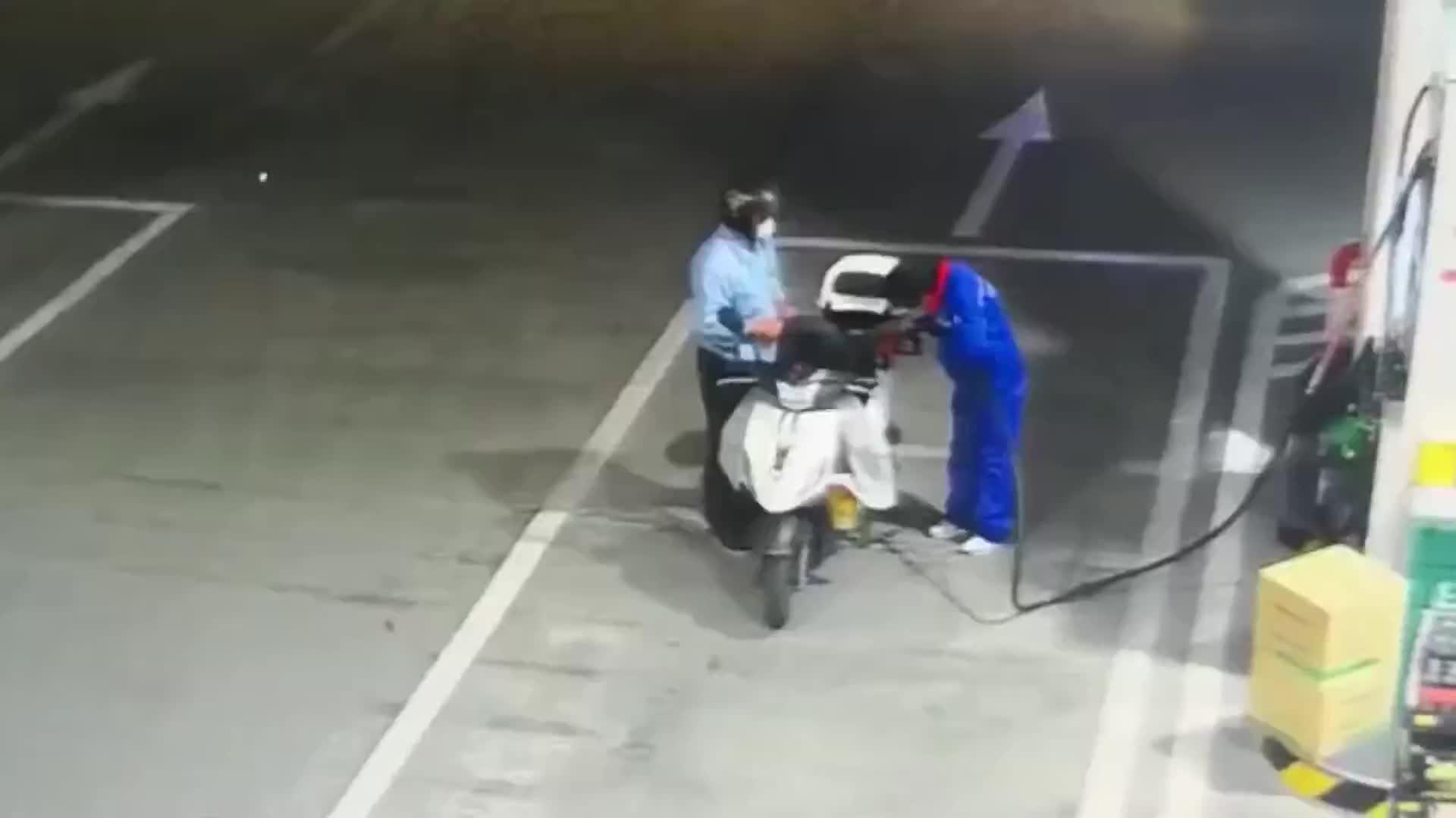面包车加油站失控撞倒加油员,没找到刹车板