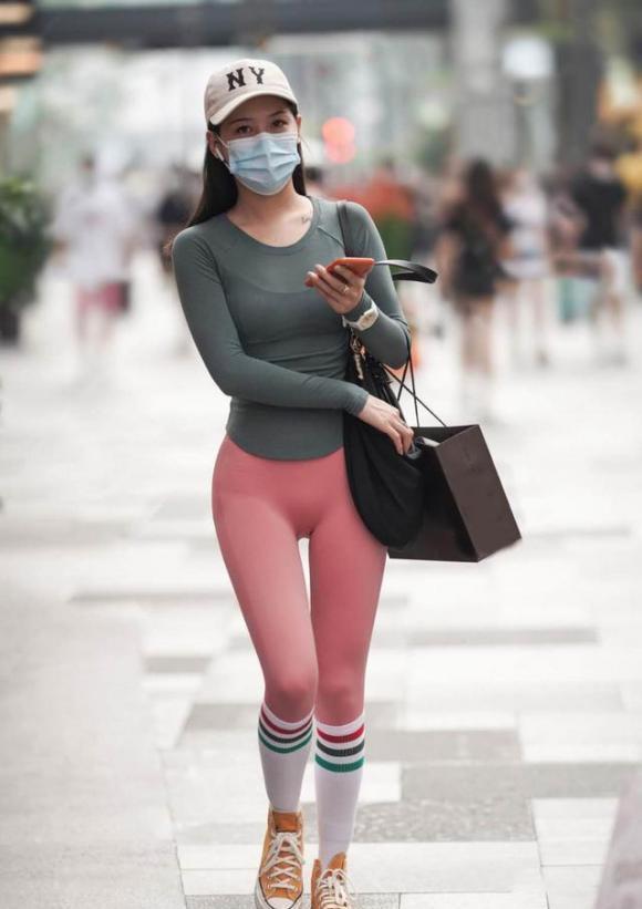 喜欢运动的女生都会搭,健美裤配球袜,时尚满满运动风