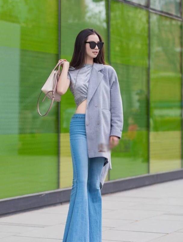 牛仔裤穿着舒适又大气,还很巧妙的修饰了腿型,显街头风十足