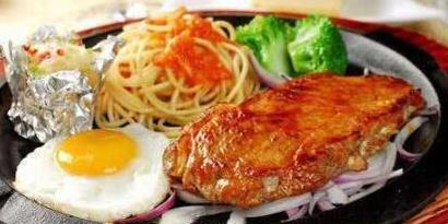 吃牛排时,盘子里的煎蛋不是用来吃的,服务员:吃掉的人太土
